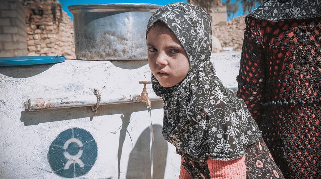 Yemeni kids filling water